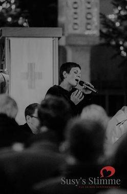 Susy singt in Kirche – gesehen bei frauimmer-herrewig.de