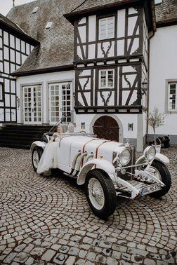 Ehepaar in Oldtimer vor Burg – gesehen bei frauimmer-herrewig.de