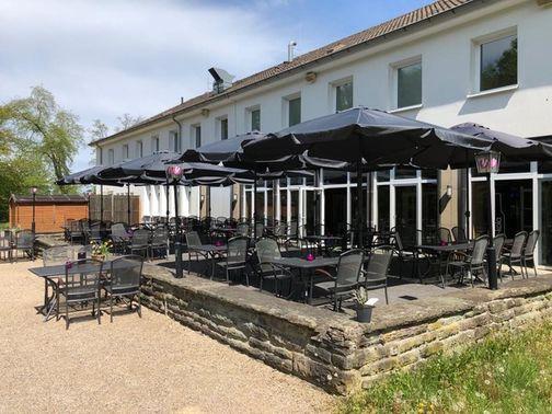 Biergarten der Hochzeitslocation – gesehen bei frauimmer-herrewig.de