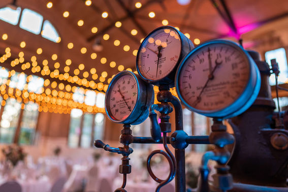 Hochzeitslocation mit Lichterketten – gesehen bei frauimmer-herrewig.de