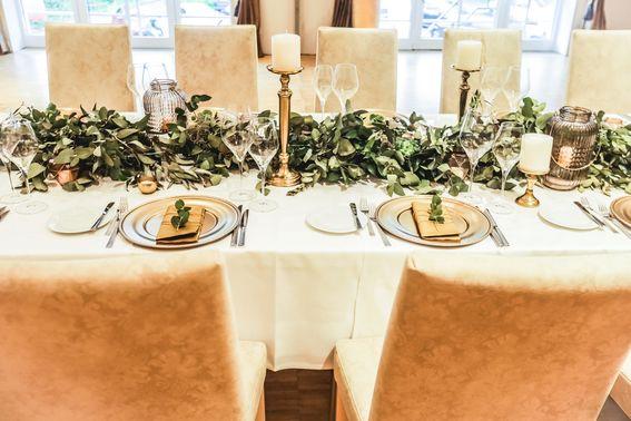 eingedeckter Tisch für die Hochzeitsfeier – gesehen bei frauimmer-herrewig.de