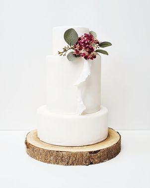 Weiße mehrstöckige Hochzeitstorte – gesehen bei frauimmer-herrewig.de