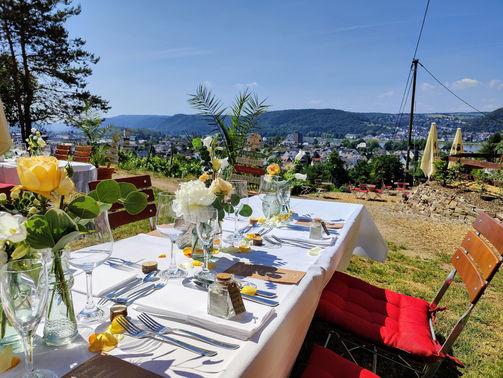 eingedeckte Tische bei Schloss Arenfels – gesehen bei frauimmer-herrewig.de