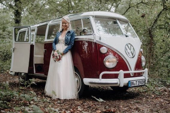 roter VW Bus auf der Hochzeit  - Foto: sweetnorth  – gesehen bei frauimmer-herrewig.de