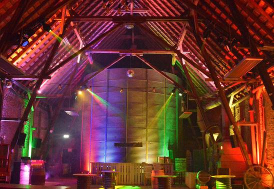 Moderne Clubbeleuchtung Hochzeitsfeier – gesehen bei frauimmer-herrewig.de
