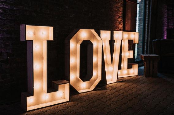 Leuchtbuchstaben LOVE – gesehen bei frauimmer-herrewig.de
