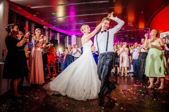 Brautpaar tanzt Eventlocation KoelnSky – gesehen bei frauimmer-herrewig.de