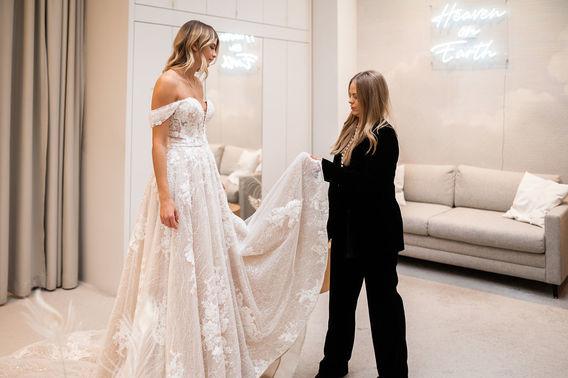 Brautkleid mit Spitzenornamenten – gesehen bei frauimmer-herrewig.de