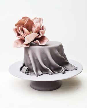Hochzeitstorte mit Blume – gesehen bei frauimmer-herrewig.de