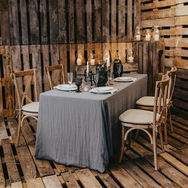 Holzstühle und Tischdeko in Grau - vonrock Dominic Rock – gesehen bei frauimmer-herrewig.de