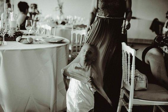 Frecher Junge bei Hochzeit – gesehen bei frauimmer-herrewig.de