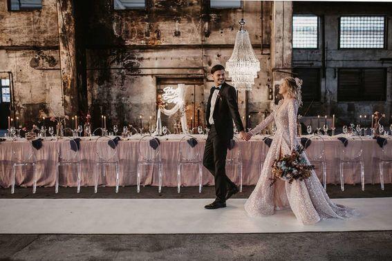 Brautpaar vor Hochzeitstafel liebeslinse – gesehen bei frauimmer-herrewig.de