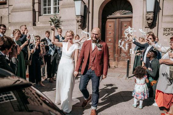 Auszug des Hochzeitspaars – gesehen bei frauimmer-herrewig.de