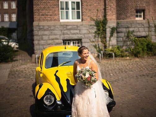 Braut vor historischer Hochzeitslocation – gesehen bei frauimmer-herrewig.de