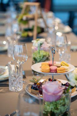 Hochzeitstafel mit Macarons – gesehen bei frauimmer-herrewig.de