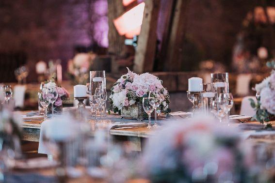 Klassische Tischdeko mit Blumengesteck – gesehen bei frauimmer-herrewig.de