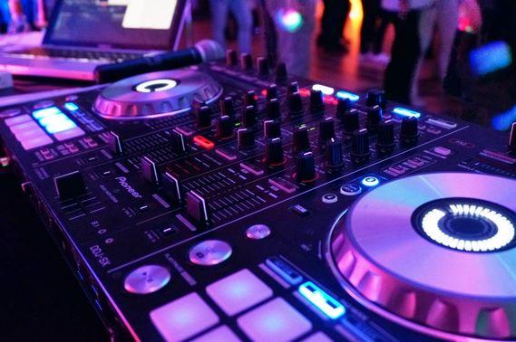 DJ-Pult bei Party – gesehen bei frauimmer-herrewig.de
