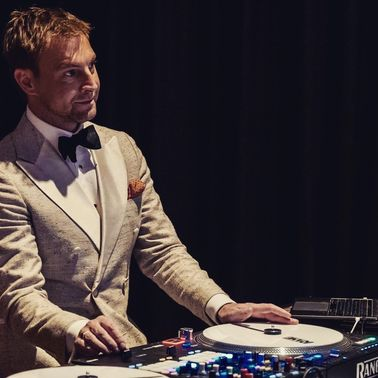 Dandy O Best DJ Gala Event Luxury Smoking Tuxedo Gentleman Dapper Suit Munich  – gesehen bei frauimmer-herrewig.de