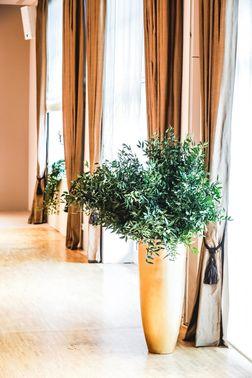 Dekoration der Hochzeitslocation in Gold – gesehen bei frauimmer-herrewig.de