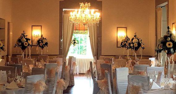 Großer Saal eingedeckt für Hochzeitsfeier – gesehen bei frauimmer-herrewig.de