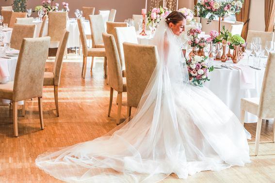 Braut sitzt an gedeckter Tafel – gesehen bei frauimmer-herrewig.de