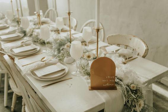 Tischdeko Hochzeit in hellen Tönen – gesehen bei frauimmer-herrewig.de