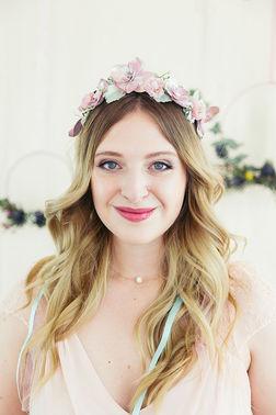 Brautfrisur mit Blumenkranz TANTJE Beauty und Lifestyle – gesehen bei frauimmer-herrewig.de