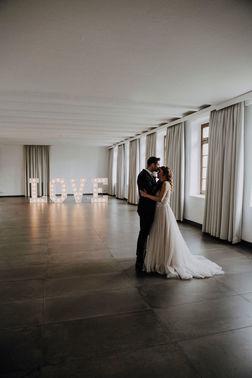 Ehepaar tanzt in Hochzeitslocation alleine – gesehen bei frauimmer-herrewig.de
