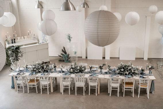 Tischdeko in weiß grau Hochzeit  – gesehen bei frauimmer-herrewig.de