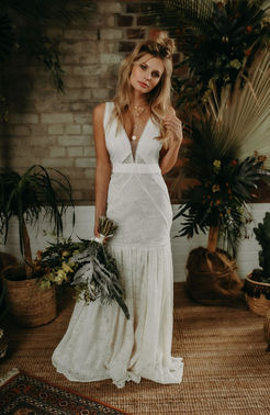 Eng anliegendes Brautkleid mit Boho-Details – gesehen bei frauimmer-herrewig.de