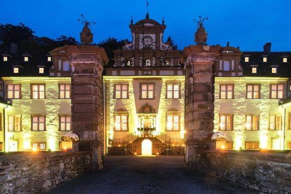Schloss Ehreshoven Außenansicht im Dunkeln – gesehen bei frauimmer-herrewig.de