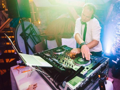 Mobile Hochzeits DJs DJ am Mischpult – gesehen bei frauimmer-herrewig.de