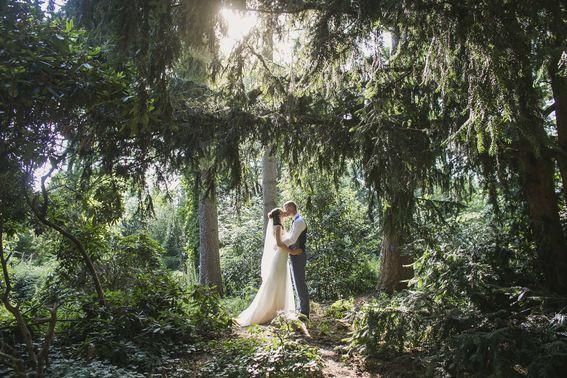 Hochzeitsfotoshooting von Hochzeitspaar im Wald – gesehen bei frauimmer-herrewig.de