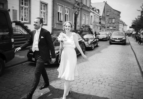 Ehepaar auf Straße – gesehen bei frauimmer-herrewig.de