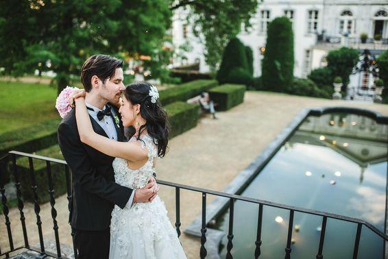 Braut und Bräutigam vor Hochzeitslocation – gesehen bei frauimmer-herrewig.de