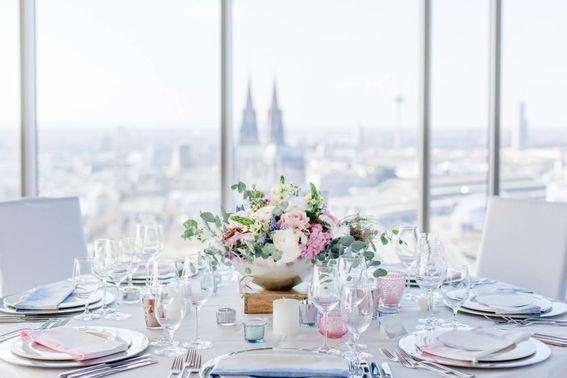Hochzeitsessen Deko Eventlocation KoelnSky – gesehen bei frauimmer-herrewig.de