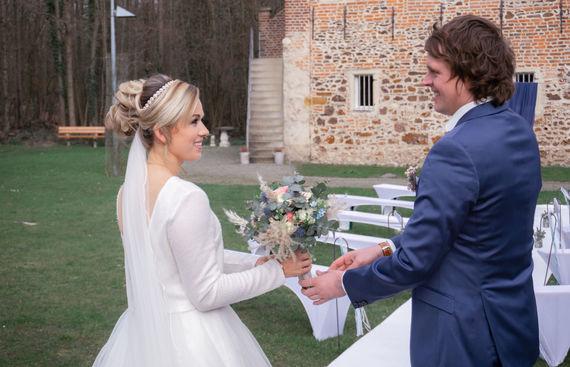 Braut und Bräutigam mit Brautstrauß – gesehen bei frauimmer-herrewig.de