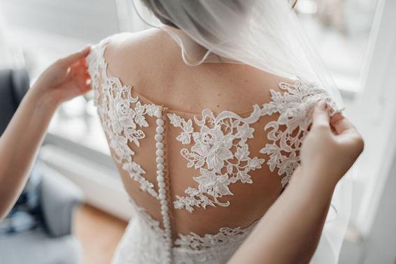 Brautkleid mit semi-transparenter Spitze – gesehen bei frauimmer-herrewig.de