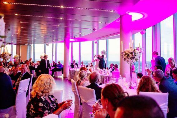 Hochzeitsfeier Hochzeitspaar ku sst sich KoelnSky – gesehen bei frauimmer-herrewig.de