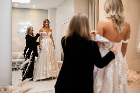 Anprobe Brautkleid mit Spitze – gesehen bei frauimmer-herrewig.de