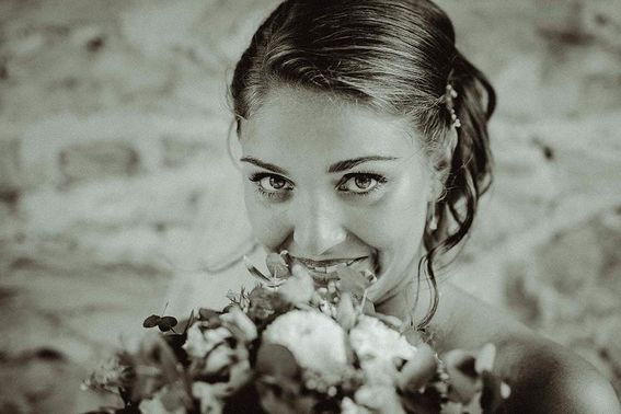 Braut mit Brautstrauss – gesehen bei frauimmer-herrewig.de