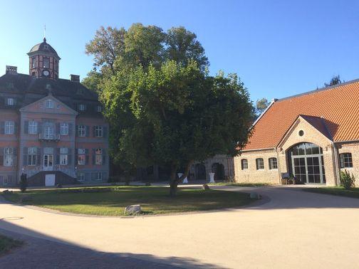 Innenhof Schloss und Eventscheune – gesehen bei frauimmer-herrewig.de