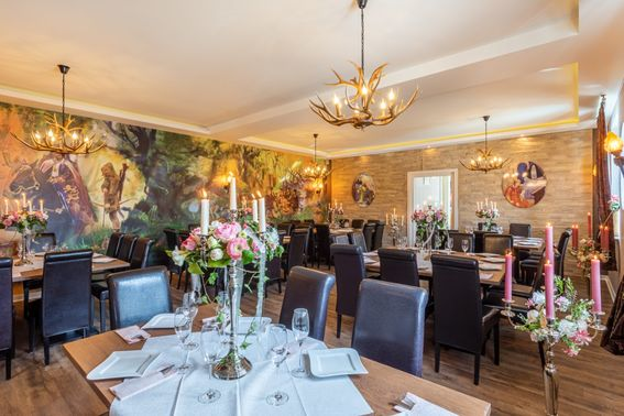 Innenraum der Hochzeitslocation inspiriert von Robin Hood - Wall-Art ©AndyMo - Foto ©Erik Spilles – gesehen bei frauimmer-herrewig.de