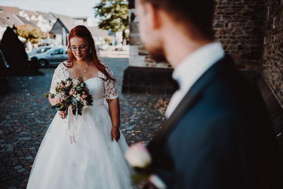 Braut mit Brautstrauß – gesehen bei frauimmer-herrewig.de