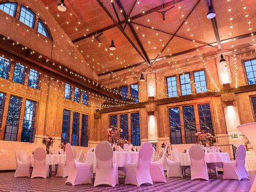 Saal mit Lichterketten – gesehen bei frauimmer-herrewig.de