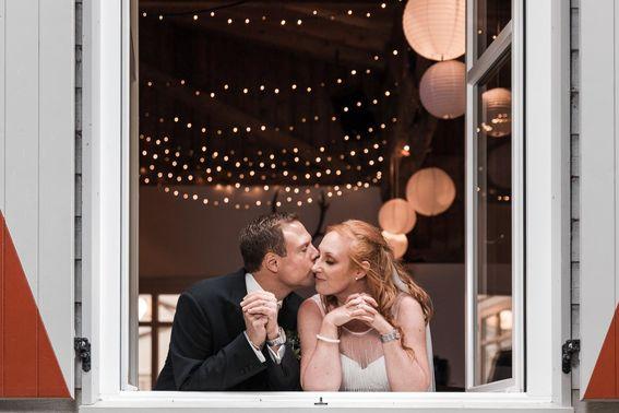 Brautpaar im Fenster – gesehen bei frauimmer-herrewig.de