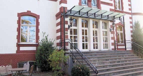 Haupteingang Villa Sophienhöhe – gesehen bei frauimmer-herrewig.de