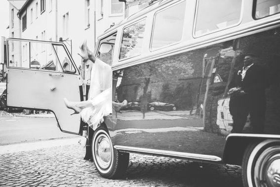 VW Bus für die Hochzeit - Foto: sweetnorth  – gesehen bei frauimmer-herrewig.de