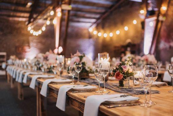 Klassisch-elegante Tischdeko mit Rosen – gesehen bei frauimmer-herrewig.de