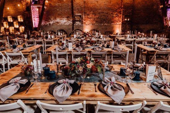 Tischdeko Hochzeitsfeier Scheune – gesehen bei frauimmer-herrewig.de